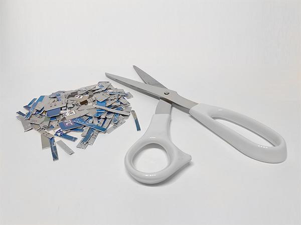 クレジットカードを切り刻んで破棄